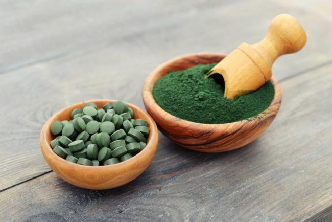 spirulina in powder and tablets