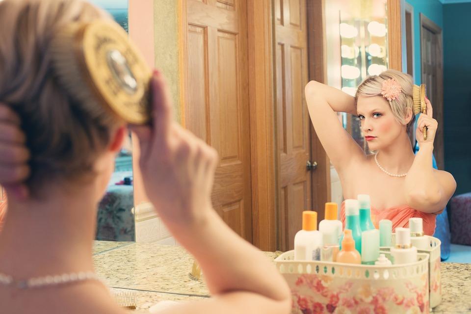 pretty woman beauty mirror