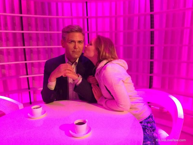Anya-kissing-George-Clooney,-Madame-Tussauds